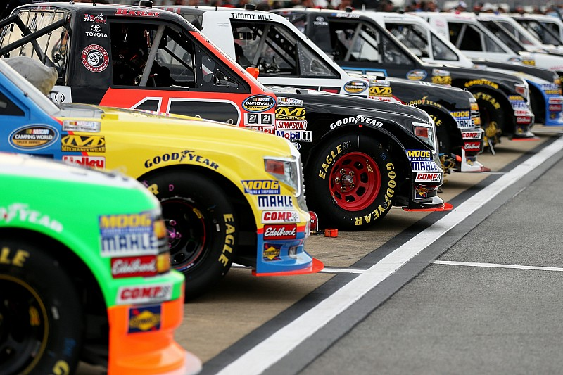 nascar-truck-talladega-2015-trucks-wait-on-the-grid