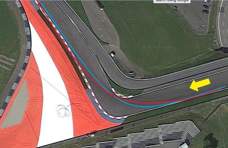 تصویر فوق پیچ شماره ی یک را نشان می دهد که در آن مسیر آبی ریسینگ لاین معمول با ایپکس دیر هنگام و مسیر قرمز ریسینگ لاین مورد استفاده توسط رانندگان
