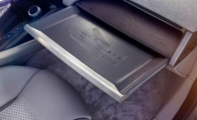 داشبورد F-PACE در انگلیسی به داشبورد می گویند Glovebox