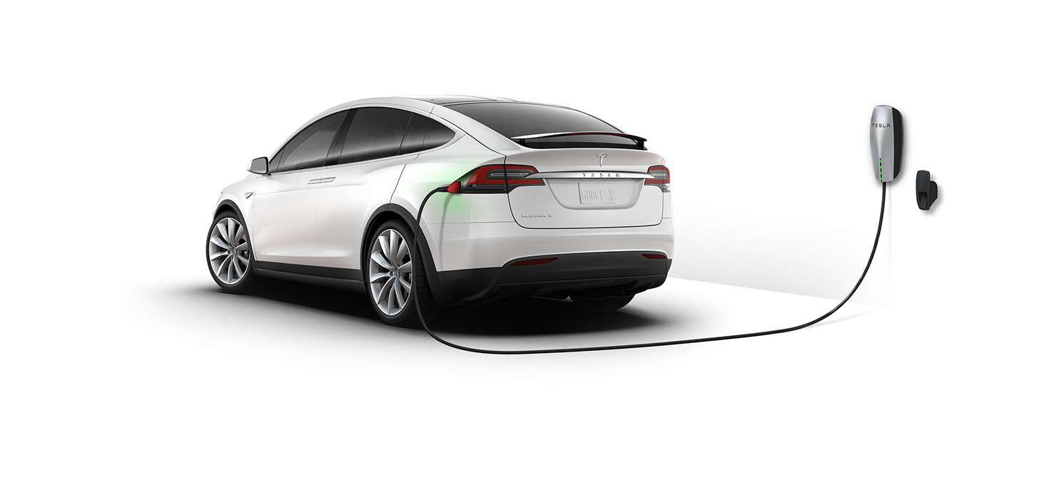 تسلا مدل اکس در حال شارژ با شارژر خانگی