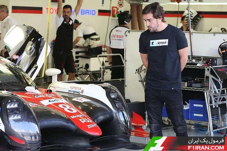 فرناندو آلونسو در کنار اتومبیل Toyota TS050 Hybrid
