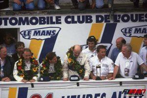 مارتین براندل به همراه اعضای تیم Jaguar