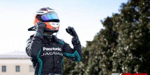 میچ ایوانز راننده تیم پاناسونیک جگوار ریسینگ پس از پیروزی در ای پری رم بر روی سکوی فرمول ای