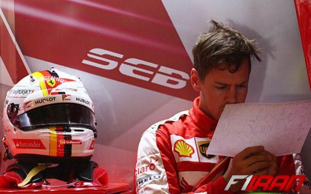 سباستین فتل در حال بررسی برگه ی تله متری خودروی خود