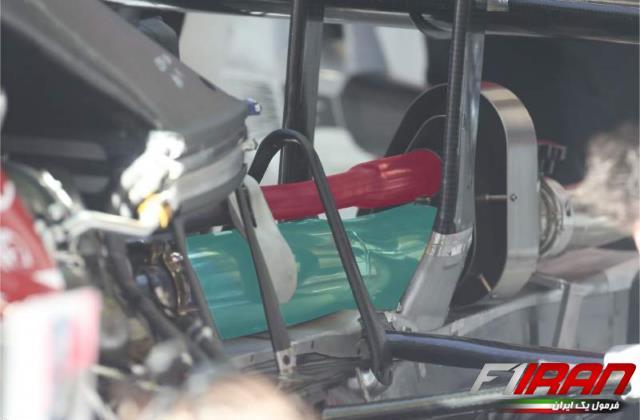 سیستم اگزوز خودروی آلفا رومئو C39 فصل ۲۰۲۰ - آبی: لوله اگزوز، قرمز: لوله گازهای اضافی