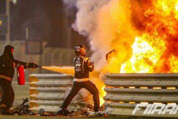 مارشال های پیست بحرین در حال خاموش کردن آتش ماشین رومن گروژان پس از تصادف در فرمول یک بحرین 2020
